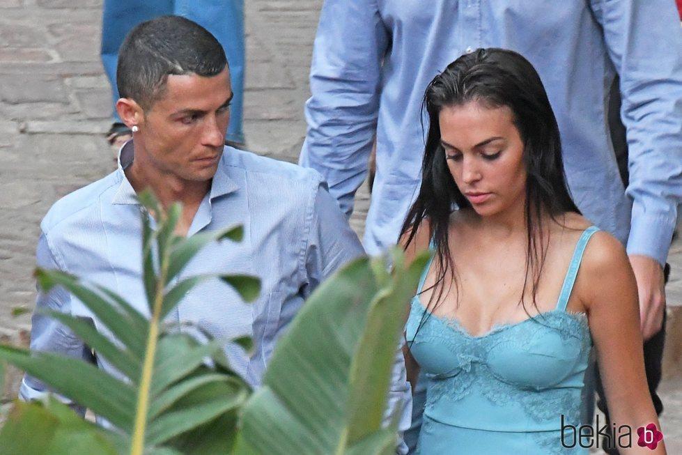 Cristiano Ronaldo mirando a Georgina Rodríguez durante sus vacaciones en Marbella