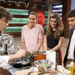Alfred y Amaia miran a Jordi Cruz mientras cocina en 'MasterChef 6'