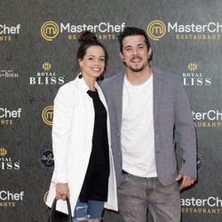 Carlos Maldonado y su pareja en la inauguración del restaurante de 'MasterChef' en Madrid