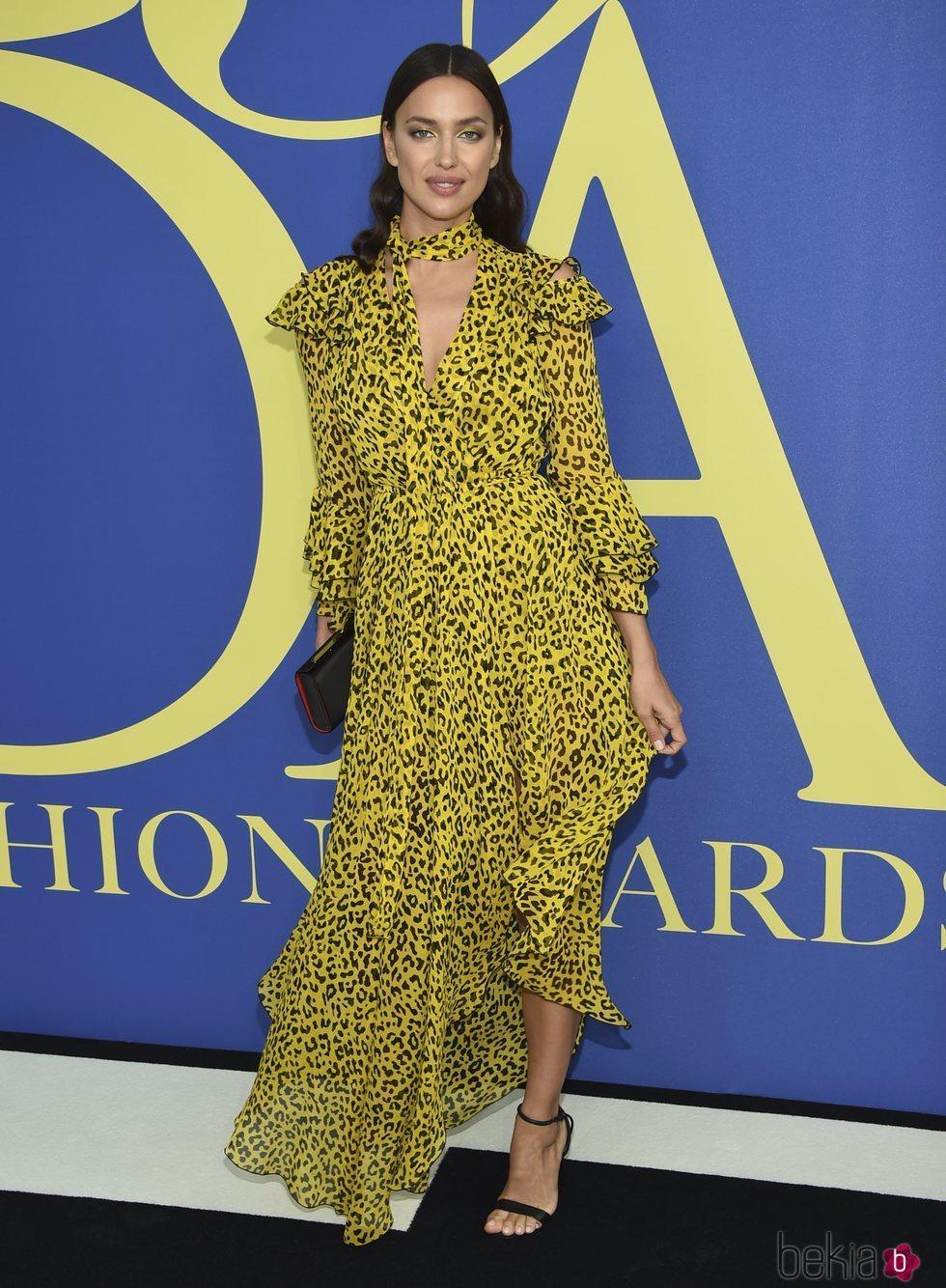 Irina Shayk en la alfombra roja de los CFDA Fashion Awards 2018
