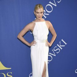 Karlie Kloss en la alfombra roja de los CFDA Fashion Awards 2018