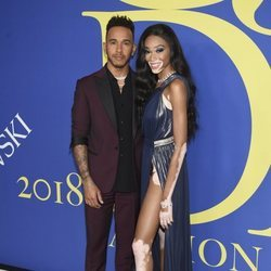 Winnie Harlow y Lewis Hamilton en la alfombra roja de los CFDA Fashion Awards 2018