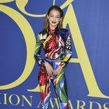 Gigi Hadid en la alfombra roja de los CFDA Fashion Awards 2018