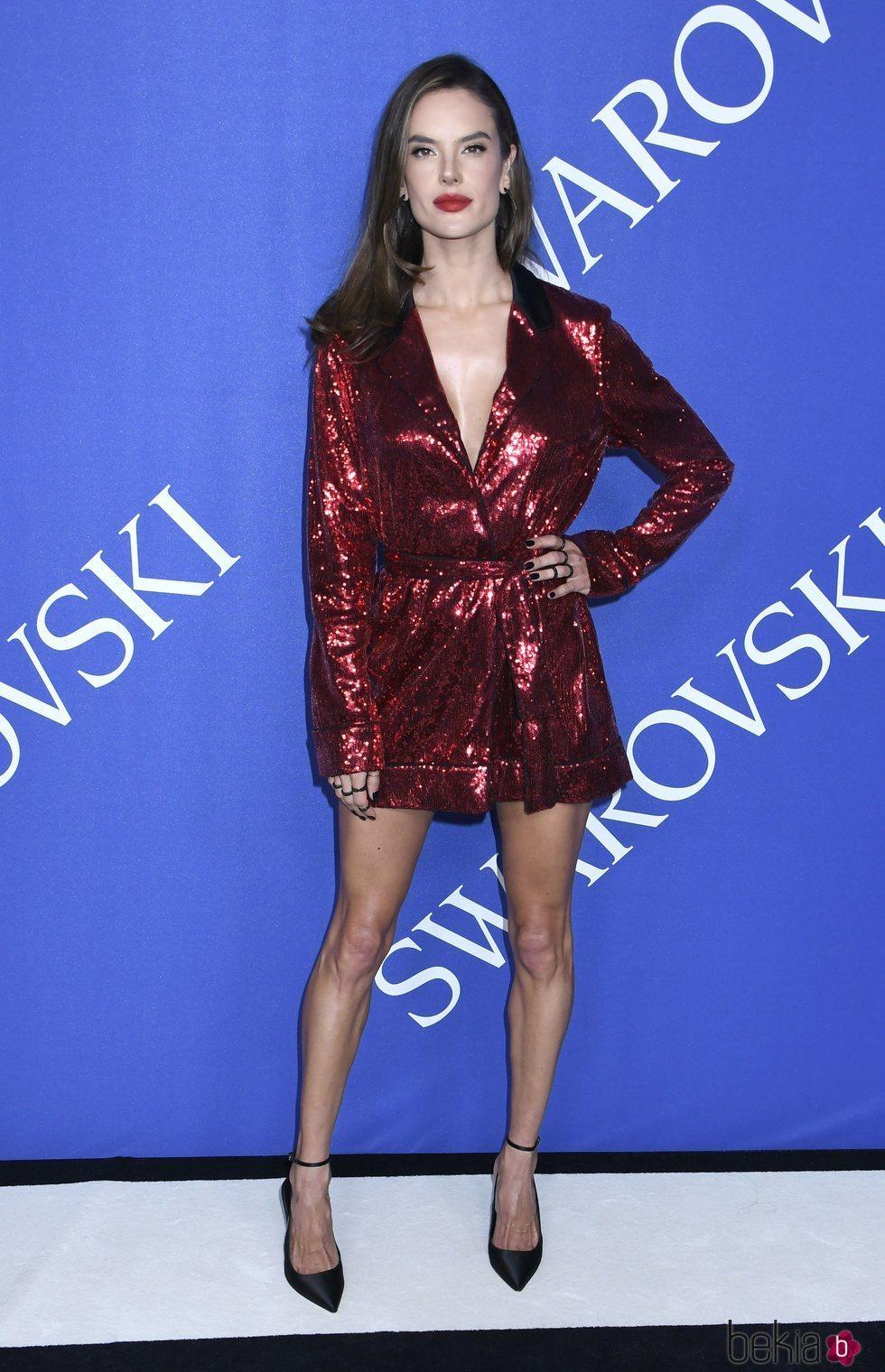 Alessandra Ambrosio en la alfombra roja de los CFDA Fashion Awards 2018