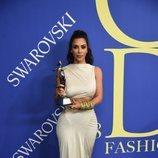 Kim Kardashian con el Premio Influencer CFDA