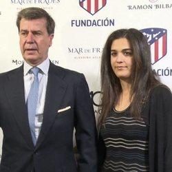 Cayetano Martínez de Irujo con su novia en un evento