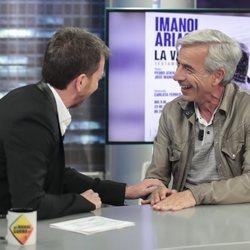 Imanol Arias charlando con Pablo Motos en 'El Hormiguero'