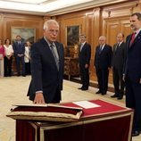 Josep Borrell prometiendo su cargo de Ministro de Exteriores ante el Rey Felipe