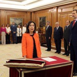 Margarita Robles prometiendo su cargo de Ministra de Defensa ante el Rey Felipe