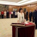 Carmen Calvo prometiendo su cargo de Vicepresidenta y Ministra de Igualdad ante el Rey Felipe