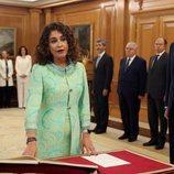 María Jesús Montero prometiendo su cargo de Ministra de Hacienda ante el Rey Felipe