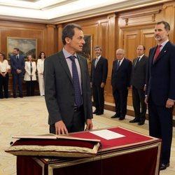 Pedro Duque prometiendo su cargo de Ministro de Ciencia, Innovación y Universidades ante el Rey Felipe