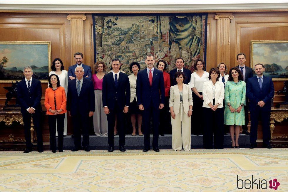 Pedro Sánchez, el Rey Felipe y el Consejo de Ministros tras prometer sus cargos