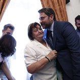 Màxim Huerta besa con cariño a su madre tras su primer discurso como Ministro de Cultura y Deportes