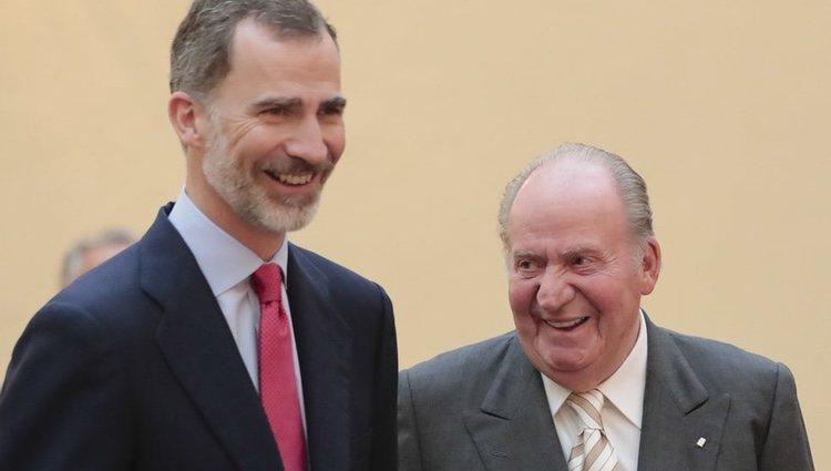 El Rey Felipe y el Rey Juan Carlos bromeando en la reunión del Patronato de la Fundación Cotec