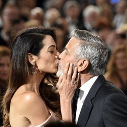 Amal Alamuddin y George Clooney besándose en los Premios AFI 2018