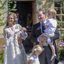 Magdalena de Suecia y Chris O'Neill con sus hijos Leonor, Nicolás y Adrienne en el bautizo de Adrienne de Suecia