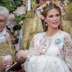 Magdalena de Suecia sostiene a su hija Adrienne de Suecia en su bautizo