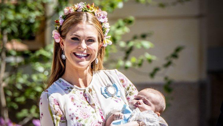 Magdalena de Suecia con su hija Adrienne de Suecia en su bautizo