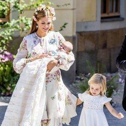 Adrienne de Suecia con su madre Magdalena de Suecia y su hermana Leonor en su bautizo