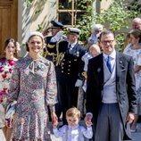 Victoria y Daniel de Suecia con su hijo Oscar en el bautizo de Adrienne de Suecia