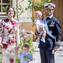 Carlos Felipe de Suecia y Sofia Hellqvist con sus hijos Alejandro y Gabriel en el bautizo de Adrienne de Suecia