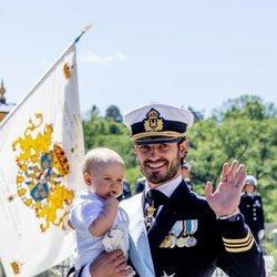 Carlos Felipe de Suecia y su hijo Gabriel en el bautizo de Adrienne de Suecia