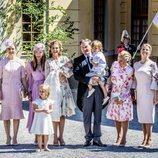 Adrienne de Suecia con sus padres, hermanos y padrinos en su bautizo
