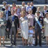 Adrienne de Suecia con sus padres, hermanos, abuelos, tíos, primos y padrinos en su bautizo