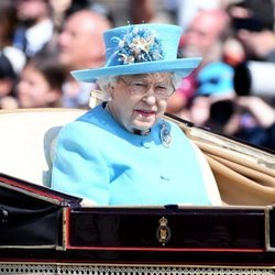 La Reinal Isabel de Inglaterra en su carroza durante el Trooping The Colour 2018