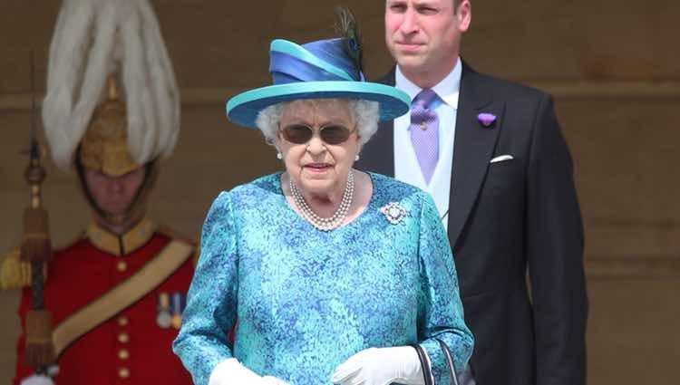 La Reina Isabel de Inglaterra con gafas de sol en la Garden Party del Palacio de Buckingham 2018
