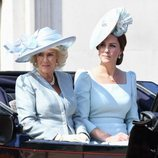 Camilla Parker y Kate Middleton en su carroza durante el Trooping The Colour 2018