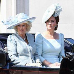 Camilla Parker y Kate Middleton en su carroza durante el Trooping The Colour 2018