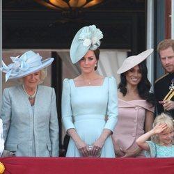 La Duquesa de Cornualles, la Duquesa de Cambridge y los Duques de Sussex en el balcón del Palacio de Buckingham en el Trooping The Colour 2018