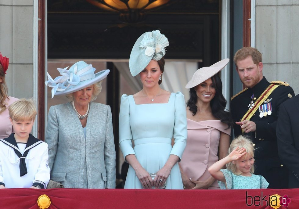 La Duquesa de Cornualles, la Duquesa de Cambridge y los Duques de Sussex en el balcón del Palacio de Buckingham en el Trooping The Colour 2018