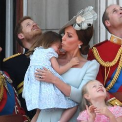 Kate Middleton consolando a la Princesa Carlota en el balcón del Palacio de Buckingham en el Trooping The Colour 2018