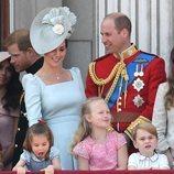 Los Duques de Cambridge y sus hijos Jorge y Carlota en el balcón del Palacio de Buckingham en el Trooping The Colour 2018