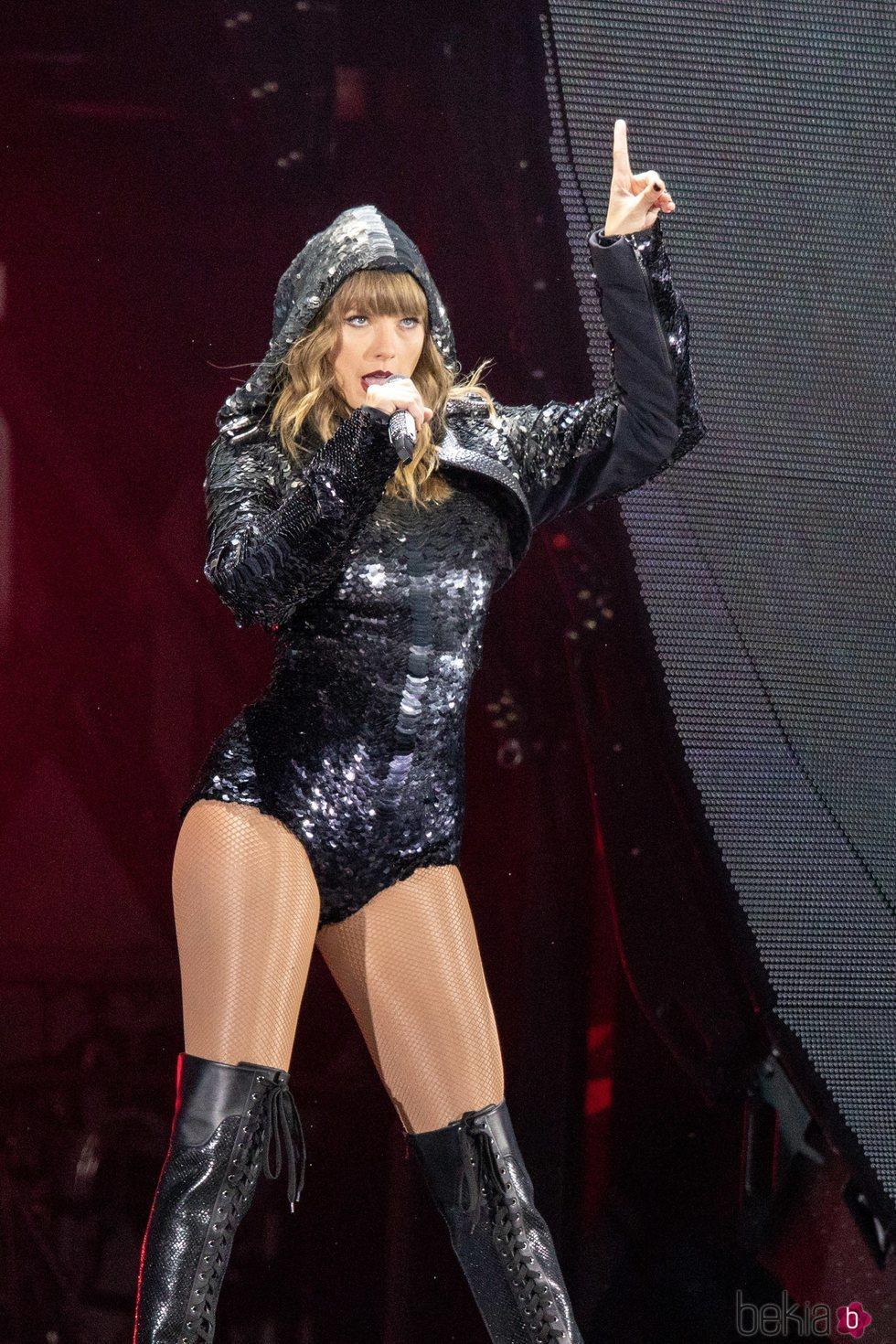 Taylor Swift dando un concierto de su gira 'Reputation' en Chicago