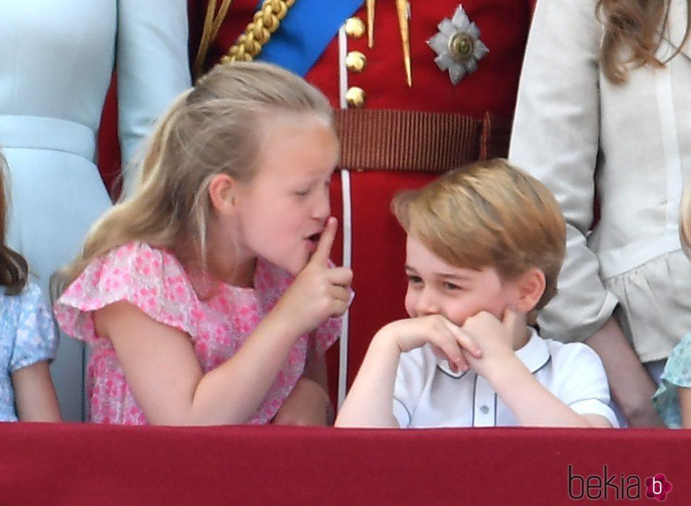 Savannah Phillips mandando callar al Príncipe Jorge en el balcón del Palacio de Buckingham en el Trooping The Colour 2018