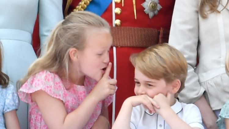 Savannah Phillips mandando callar al Príncipe Jorge en el balcón del Palacio de Buckingham en el Trooping The Colour 2018
