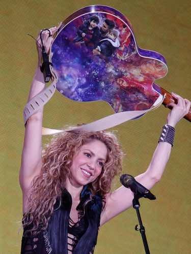 Shakira enseñando la guitarra con la foto de Gerard Piqué, Milan y Sasha en su concierto de Ámsterdam