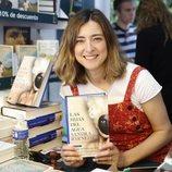 Sandra Barneda firmando su novela 'Hijas del agua' en la Feria del Libro 2018