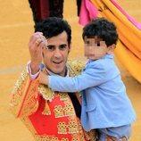 Víctor Janeiro dando la vuelta al ruedo con su hijo tras la corrida de toros en Ubrique