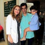 Víctor Janeiro y Beatriz Trapote con su hijo Víctor Jr tras la corrida de toros de Ubrique