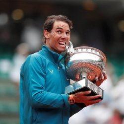 Rafa Nadal mordiendo su trofeo de Roland Garros 2018