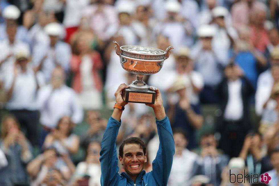 Rafa Nadal levantado el trofeo de ganador del Roland Garros 2018