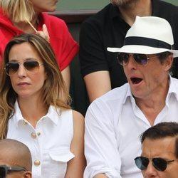 Hugh Grant y Anna Eberstein disfrutando de la final del Roland Garros 2018