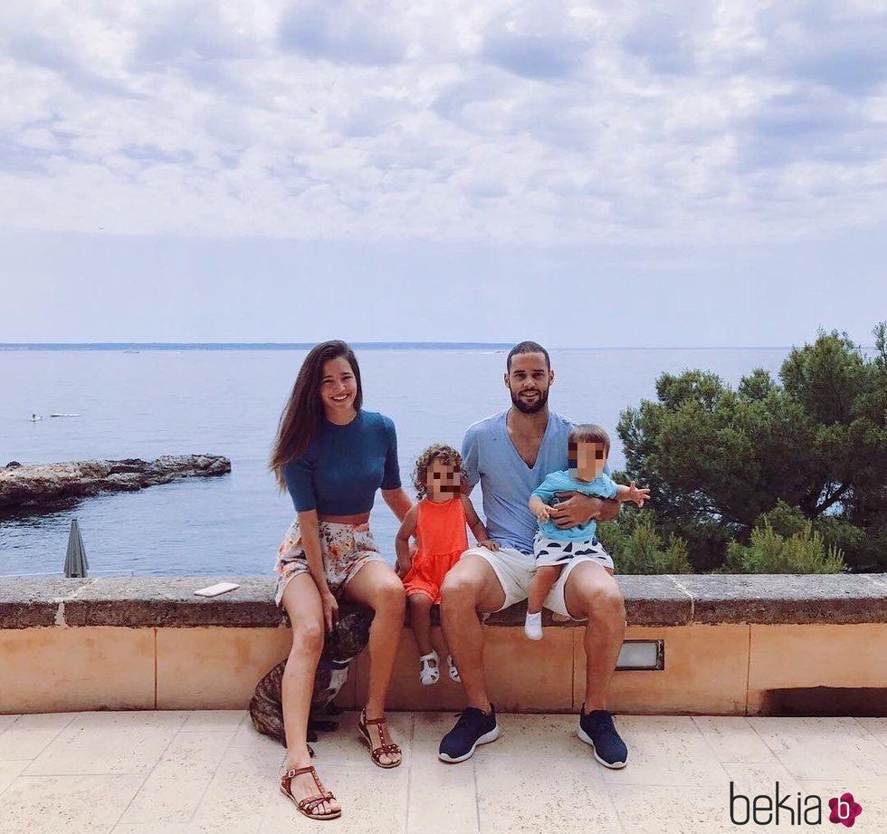 Malena Costa y Mario Suárez con sus hijos en Mallorca