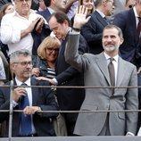 El Rey Felipe VI saludando a los asistentes a la Corrida de la Prensa 2018