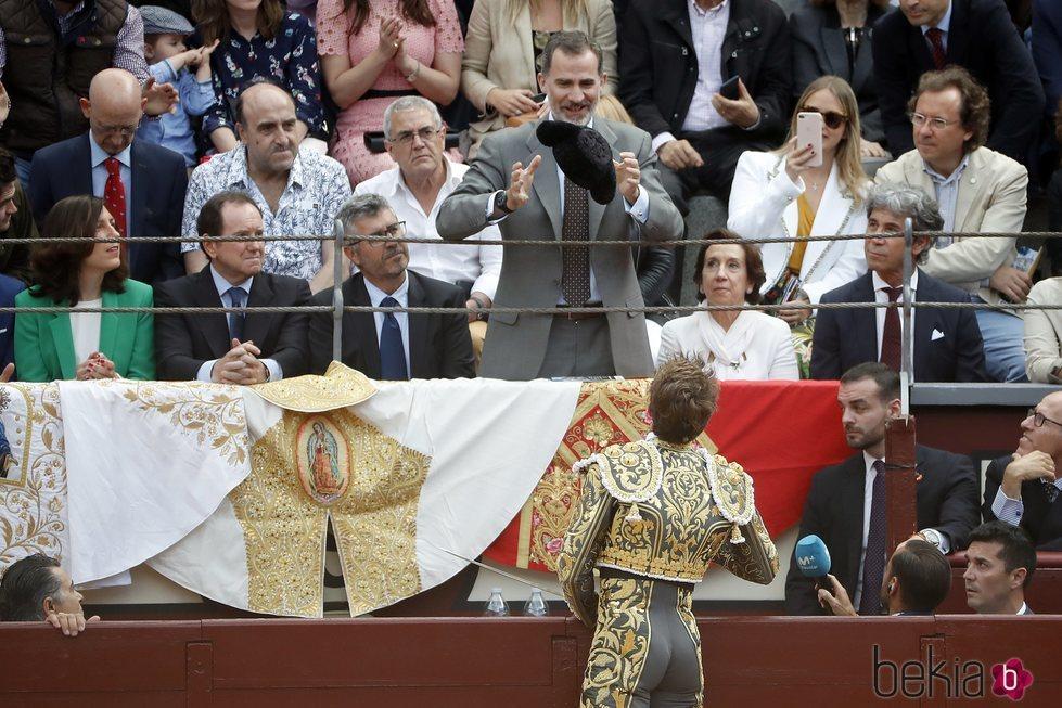 Manuel Escribano entregando su montera a Felipe VI en la Corrida de la Prensa 2018